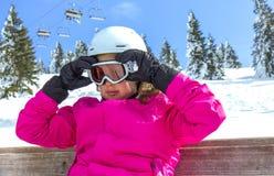 Menina com óculos de proteção do esqui fotografia de stock royalty free