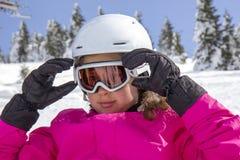 Menina com óculos de proteção do esqui imagem de stock
