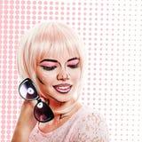 Menina com óculos de sol e composição no pop art do estilo na parte traseira colorida fotografia de stock