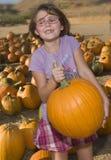 Menina com abóbora madura Fotografia de Stock Royalty Free