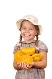 Menina com abóboras do arbusto. foto de stock royalty free