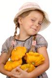 Menina com abóboras do arbusto. fotos de stock
