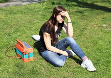 Menina com acordeão fotografia de stock