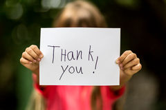 A menina com agradece-lhe assinar Fotografia de Stock Royalty Free