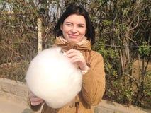 Menina com algodão doce Fotografia de Stock