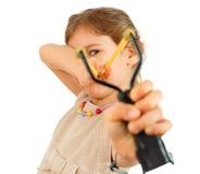 Menina com alvo do slingshot à câmera Foto de Stock Royalty Free