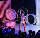 Menina com anéis na frente da audiência Foto de Stock Royalty Free