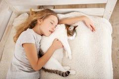 Menina com animal de estimação em casa Foto de Stock Royalty Free