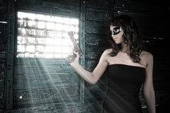Menina com a arma no trem velho fotos de stock royalty free