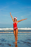 Menina com a aro do hula na praia fotos de stock