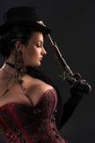 Menina com as armas do vintage no estilo do steampunk imagens de stock royalty free