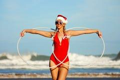 Menina com as aros do hula na praia imagem de stock royalty free