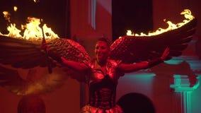 Menina com as asas ardentes na fase video estoque