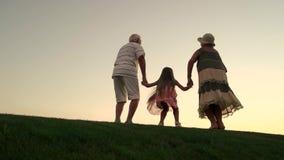Menina com as avós no fundo da natureza vídeos de arquivo