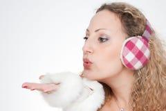 A menina com as capas protectoras para as orelhas Foto de Stock