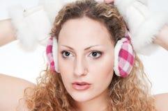 A menina com as capas protectoras para as orelhas Imagem de Stock