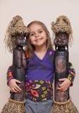 Menina com as duas bonecas étnicas Imagem de Stock Royalty Free