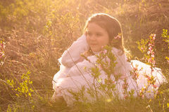 Menina com as flores da mola na natureza Fotografia de Stock Royalty Free