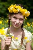Menina com as flores em seu cabelo em um prado Fotos de Stock