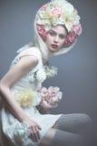 Menina com as flores em sua cabeça em um vestido no estilo do russo Efeito de névoa imagens de stock