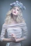 Menina com as flores em sua cabeça em um vestido no estilo do russo Efeito de névoa imagens de stock royalty free
