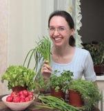 Menina com as folhas da salada imagens de stock