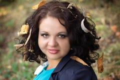 Menina com as folhas no cabelo Foto de Stock