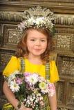 MENINA COM as grinaldas das flores na cabeça Fotografia de Stock Royalty Free