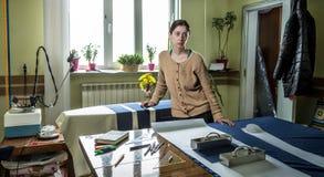 A menina com as tesouras em seu estúdio home para costurar Panorama Imagens de Stock Royalty Free