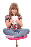 Menina com assento da tabuleta Fotografia de Stock