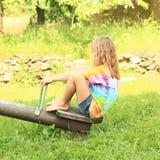 Menina com assento em um balanço Imagem de Stock