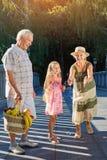 Menina com avós, ventilador da bolha Fotografia de Stock