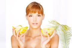 Menina com a bacia dois completamente de fruta Fotos de Stock