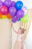 Menina com balões à disposição Fotografia de Stock
