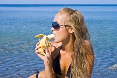 Menina com banana Fotos de Stock Royalty Free