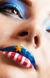 Menina com a bandeira americana nos bordos Imagens de Stock Royalty Free