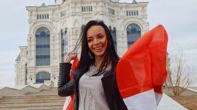 Menina com a bandeira canadense que tem o divertimento filme