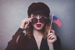 Menina com a bandeira dos EUA no fundo cinzento Imagens de Stock Royalty Free