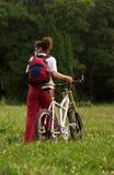 Menina com bicicleta imagem de stock