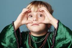 Menina com binóculos Imagens de Stock Royalty Free