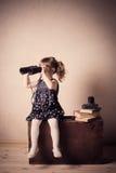 Menina com binóculos Fotos de Stock