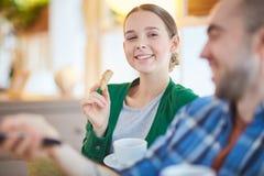 Menina com biscoito fotografia de stock