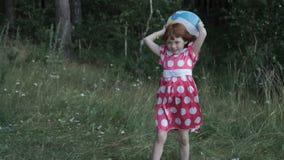 Menina com a bola inflável no prado vídeos de arquivo