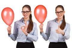 A menina com a bola mostra que tudo é aprovada imagens de stock royalty free