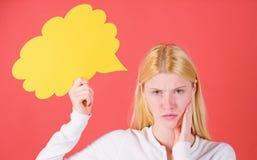 Menina com bolha do discurso Pensamentos da mulher ador?vel pensativa Decis?o e solu??o Resolva o problema O que est? nela fotos de stock