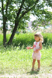 Menina com bolhas de sabão Foto de Stock