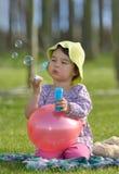 Menina com bolhas de sabão Fotografia de Stock