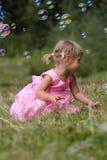 Menina com bolhas de sabão Fotos de Stock Royalty Free