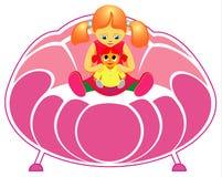 Menina com a boneca no sofá Fotografia de Stock Royalty Free