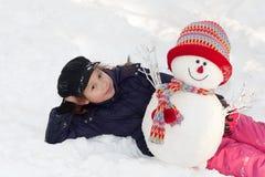Menina com boneco de neve Fotografia de Stock